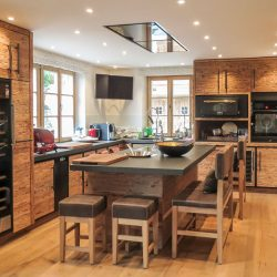 Küche mit Kochinsel zum Sitzen