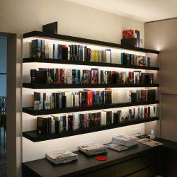 Wohnwand mit Bücherregal